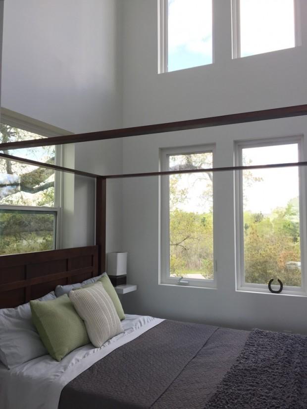 ห้องนอนแวดล้อมด้วยหน้าต่าง