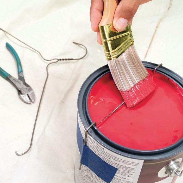 ใช้ไม้แขวนเสื้อทำที่ปาดสี