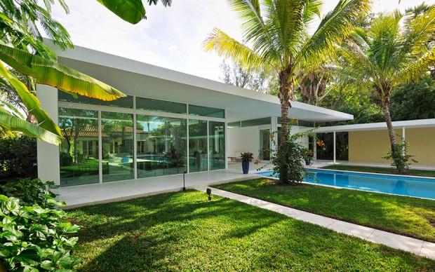 บ้านโมเดิร์นชั้นเดียวมีสวนและสระว่ายน้ำ