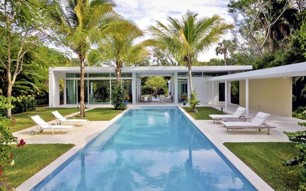 สระว่ายน้ำอยู่บริเวณกลางบ้าน