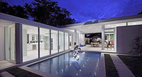 บ้านล้อมสระสวยด้วยแสงไฟยามค่ำ
