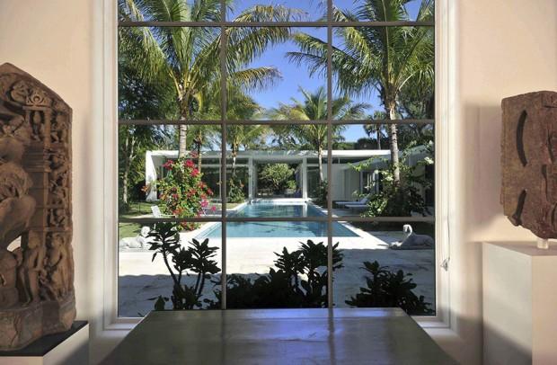 ผนังกระจกเปิดมุมมองให้เห็นสระว่ายน้ำ