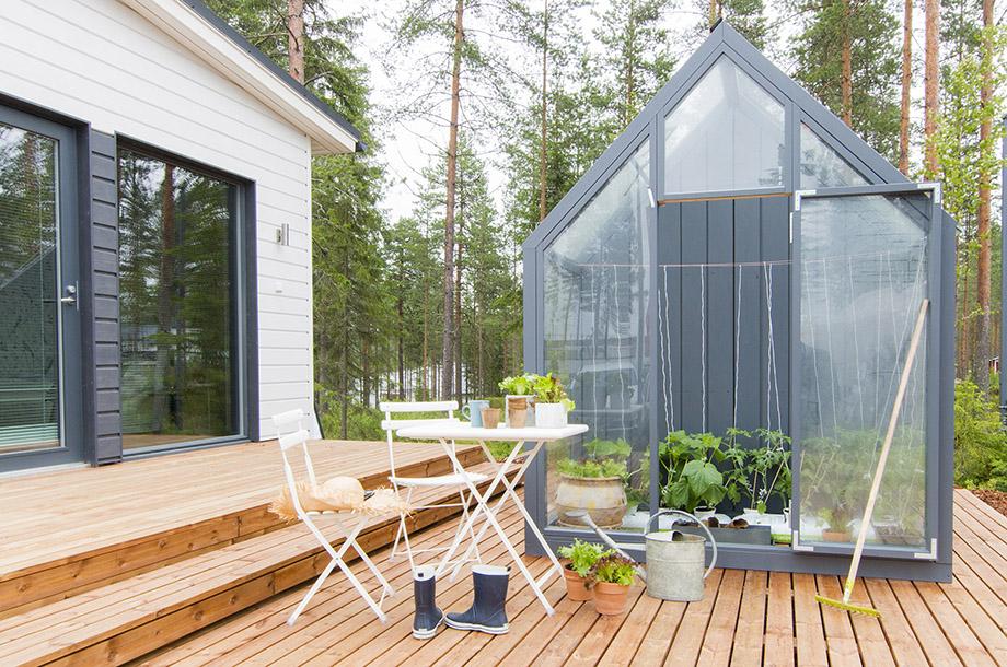 บ้านมีเฉลียงและโรงเรือนปลูกผักเล็ก ๆ