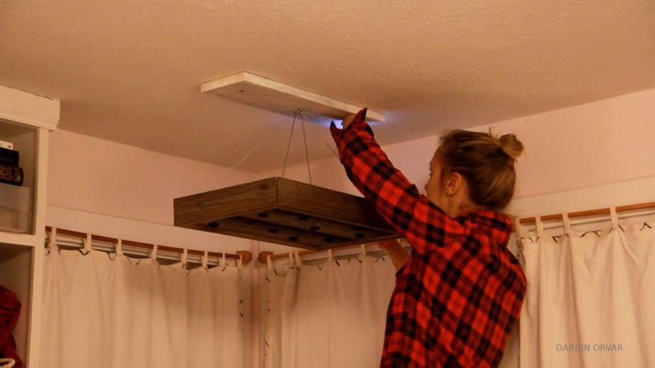 ติดโคมไฟแขวนเข้ากับตึวยึดบนเพดาน