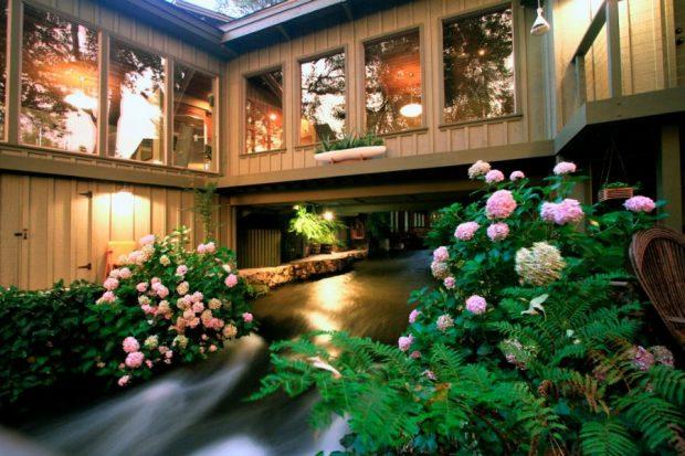 บ้านชุ่มฉ่ำด้วยสายน้ำและไม้ดอก