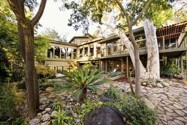 บ้านสองชั้นกลางธรรมชาติ