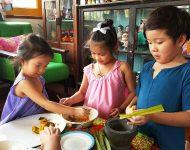 เด็ก ๆ มาใส่ชุดไทยทำขนมไทย