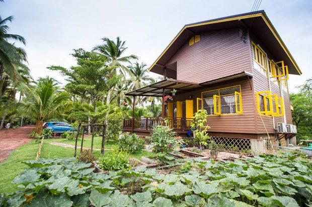 บ้านสองชั้นกลางสวนผัก