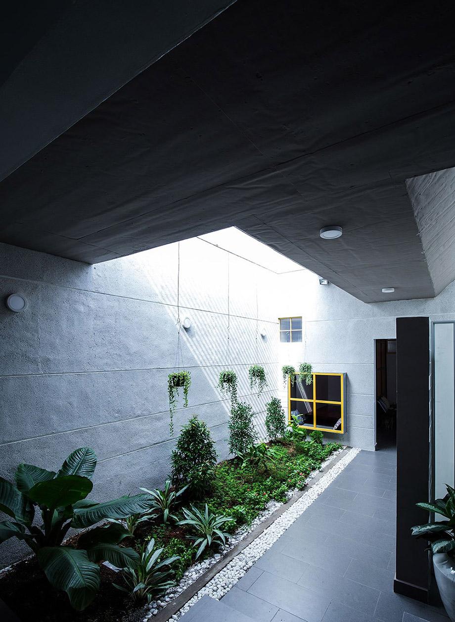 จัดสวนตามแนวขอบกำแพงในบ้าน