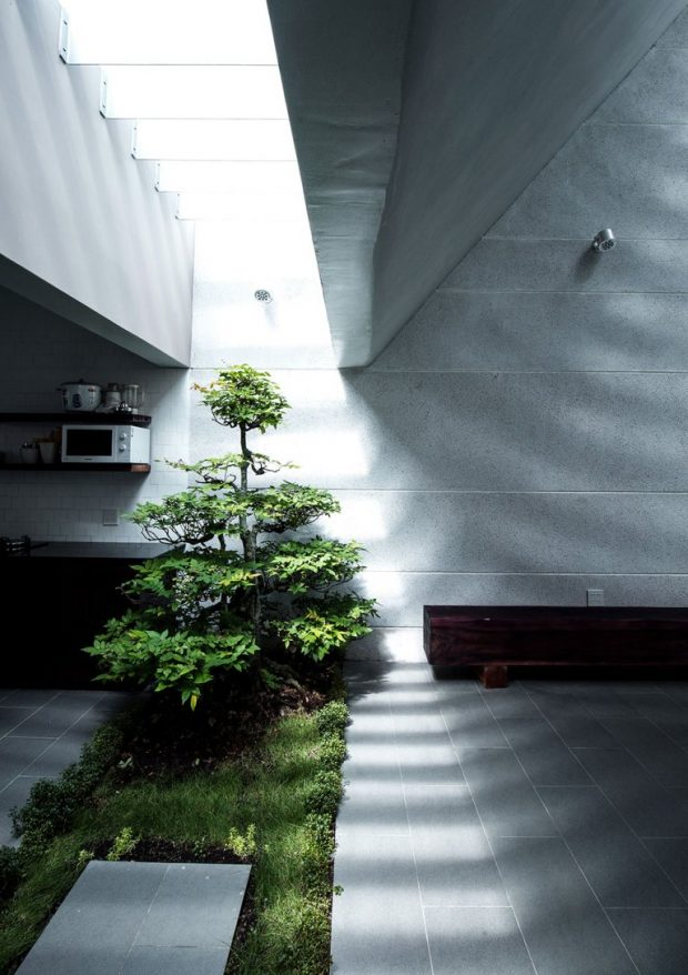 จัดสวนไว้บริเวณเส้นแบ่งกลางบ้าน