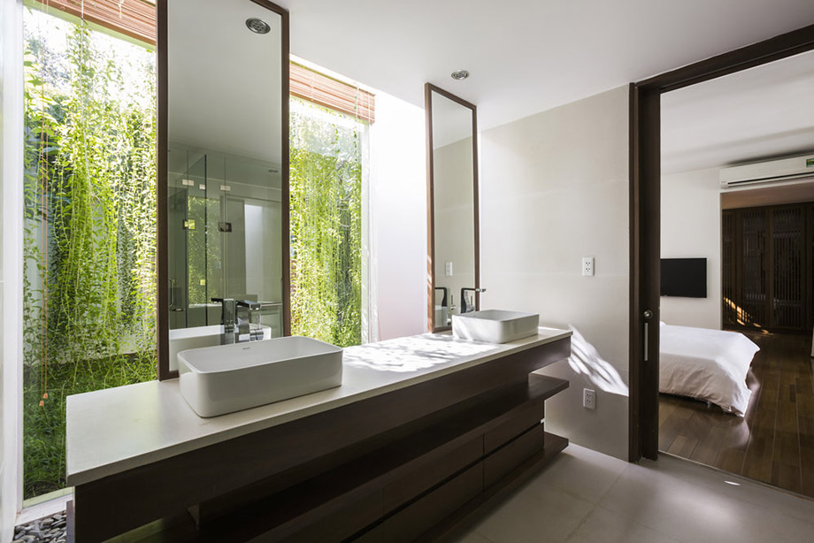 ห้องน้ำมองเห็นไม้เลื้อยเขียว ๆ บนผนัง