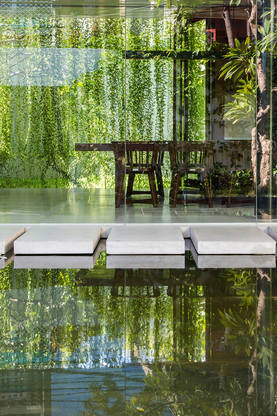 บ้านผนังกระจกมองเห็นสวนน้ำ