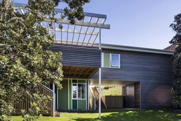 บ้านไม้สองชั้นสีสันพาสเทล
