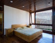 ห้องนอนมีระเบียงติดฟาซาดอิฐช่องลม