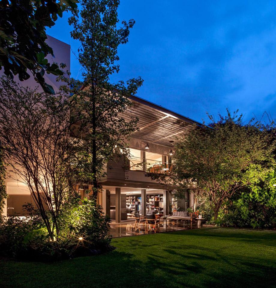 บ้านร่วมสมัยร่มรื่นด้วยสวนรอบ ๆ