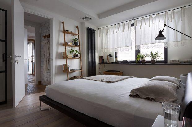 ห้องนอนสีขาวโปร่งสบาย