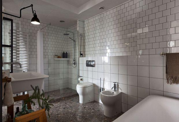 ห้องน้ำติดกระเบื้องสีขาวดูสะอาดตา