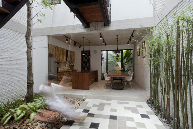 ห้องในบ้านเปิดผนังเชื่อมธรรมชาติเข้าสู่ภายใน