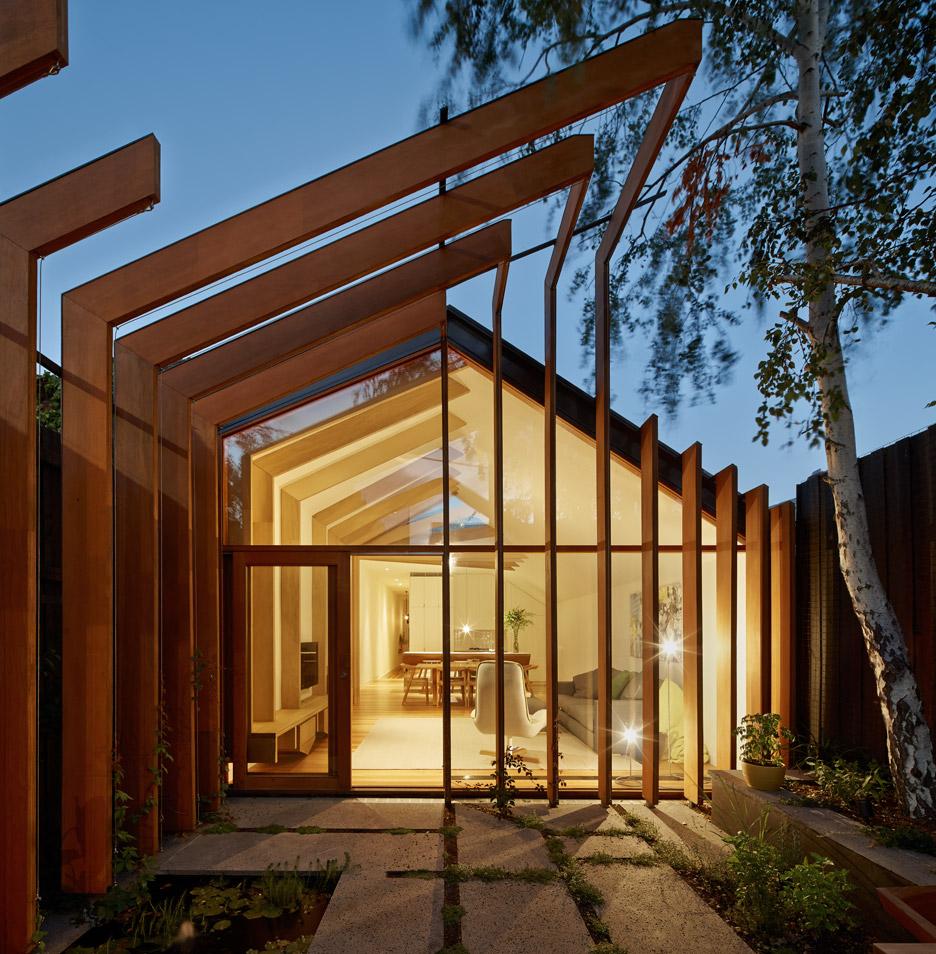 ต่อเติมบ้านทรงจั่วตกแต่งด้วยคานไม้ บ้านไอเดีย เว็บไซต์