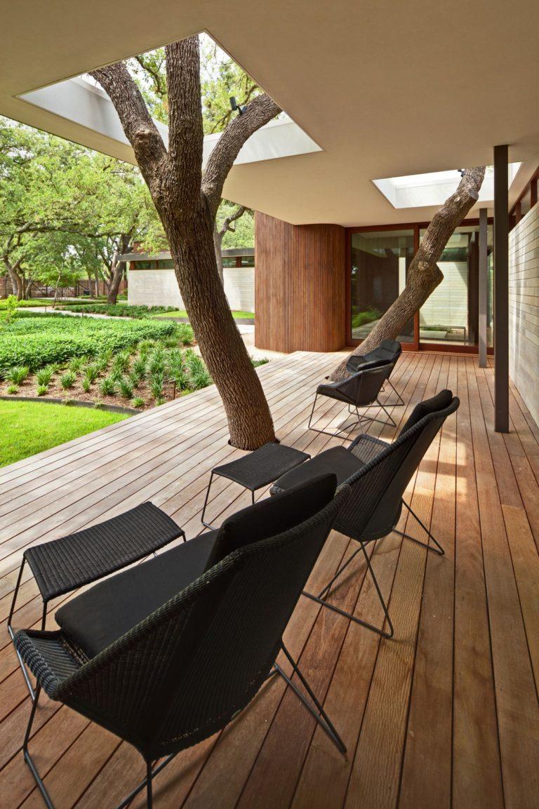 ชานบ้านได้ร่มเงาจากต้นไม้ใหญ่