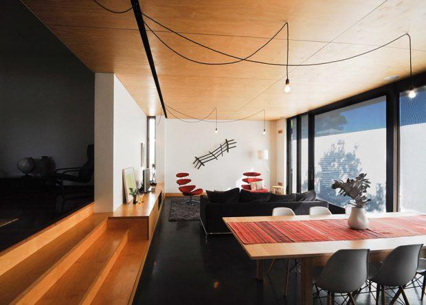 ห้องนั่งเล่นตกแต่งสีดำและงานไม้