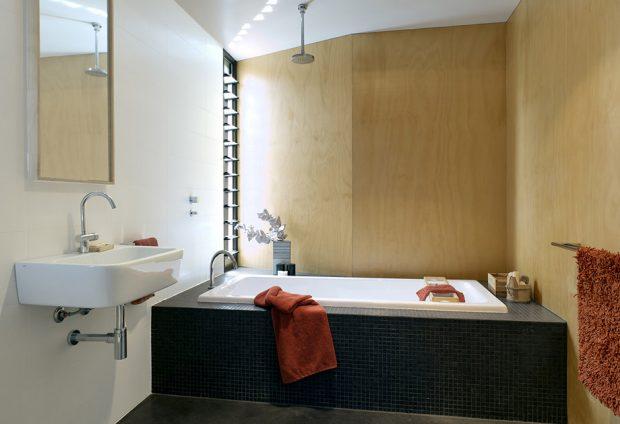 ห้องอาบน้ำตกแต่งสีดำ-ขาว และงานไม้