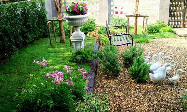 สวนสไตล์อังกฤษมีดอกไม้เล็ก ๆ และเก้าอี้ดูอ่อนหวาน