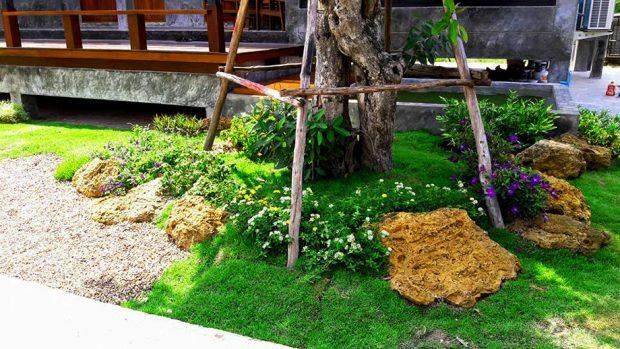 จัดสวนด้วยต้นไม้ใหญ่ ก้อนหิน และดอกเล็ก ๆ