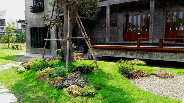 จัดสวนเขียว ๆ หน้าบ้านปูนดิบ ๆ