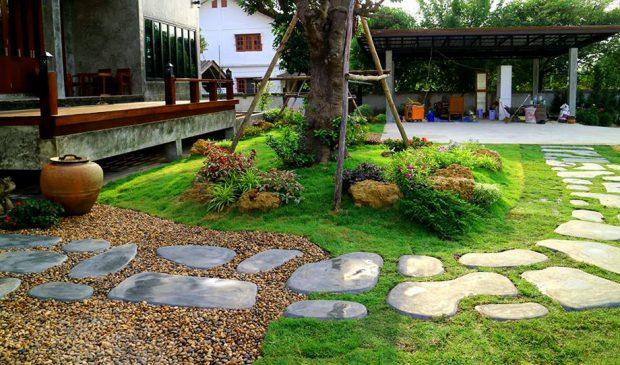 ทางเดินรอบสวนทำจากปูนเปลือยปั้นสด