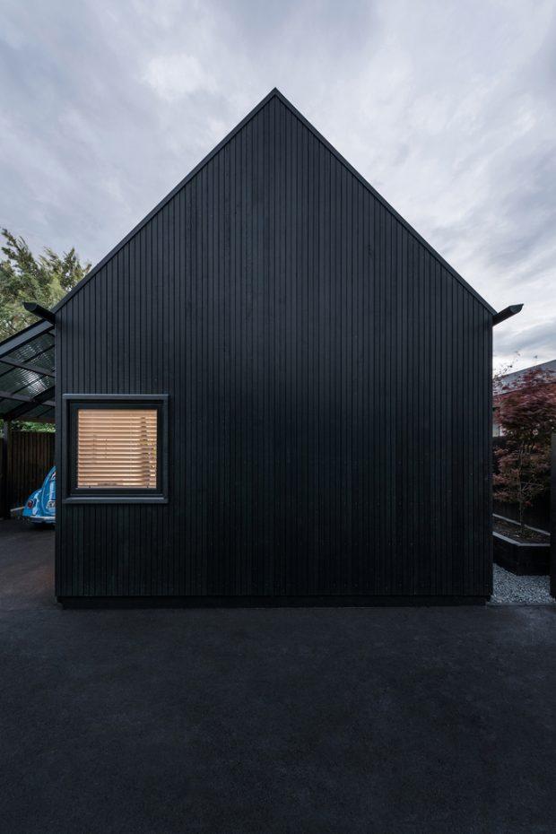 บ้านโมเดิร์นหลังคาจั่วสีดำ
