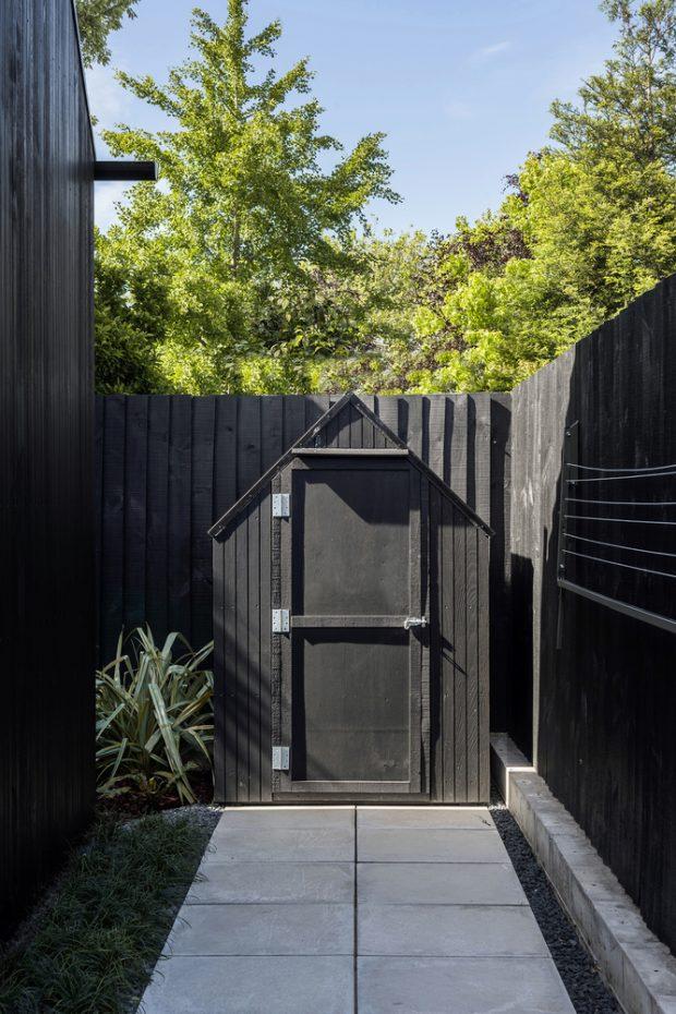 ประตูเล็กข้างบ้านทำเป็นรูปจั่ว