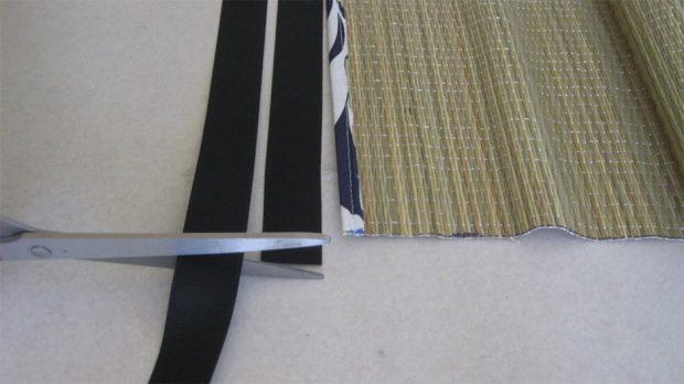 ตัดผ้าที่จะกุ๊นให้ยาวจากตัวเสื่อนิดหน่อย