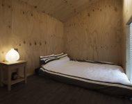ห้องนอนตกแต่งอย่างเรียบง่าย