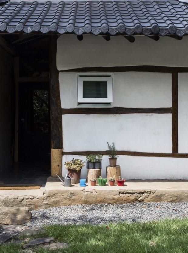 ผนังบ้านตกแต่งด้วยไม้และปูนแบบโบราณ