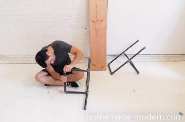 ต่อท่อเหล็กให้เป็นขาม้านั่งทั้งสองด้าน