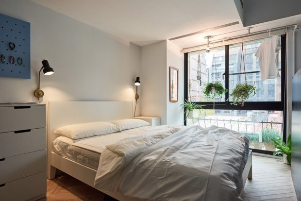 ห้องนอนรับแสงธรรมชาติได้จากหน้าต่างติดผนัง