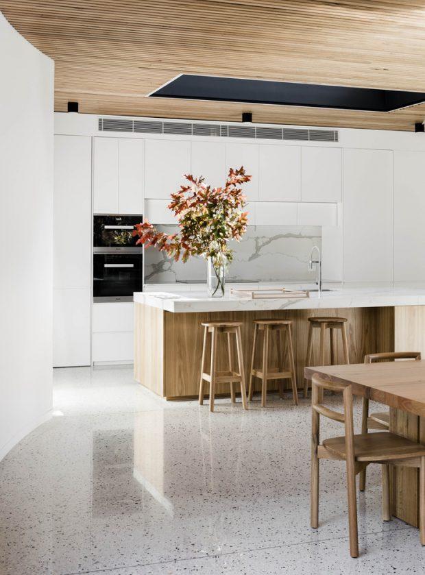 ห้องครัวสีขาวปนงานไม้