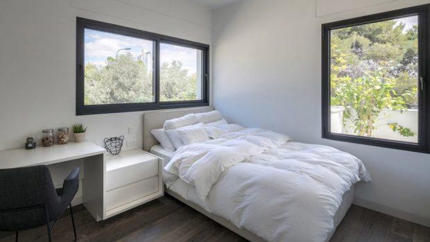 ห้องนอนติดช่องแสงบริเวณหัวเตียงเพื่อรับแสงและลม