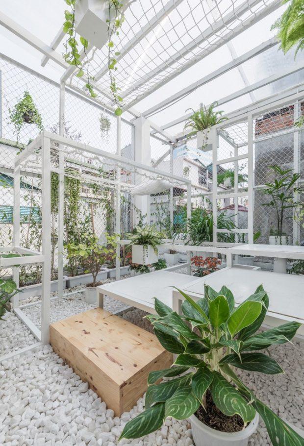 ตกแต่งสวนด้วยโครงเหล็กและกรวดสีขาว