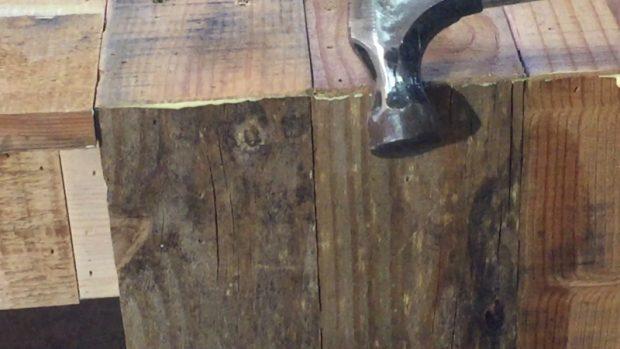 ประกอบโต๊ะจากไม้พาเลท