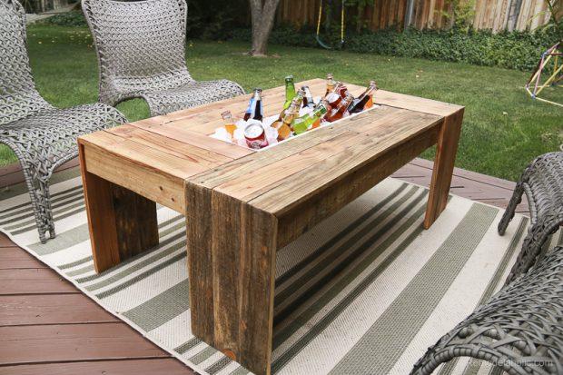 โต๊ะไม้พาเลทเจาะช่องตรงกลางแช่เครื่องดื่มได้