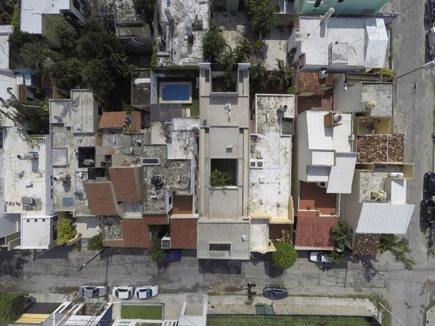 ที่ตั้งของบ้านค่อนข้างแออัดและขนาบด้วยอาคารทั้งสองด้าน