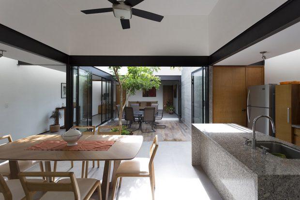 บ้านโมเดิร์นเปิดพื้นที่ว่างกลางบ้าน