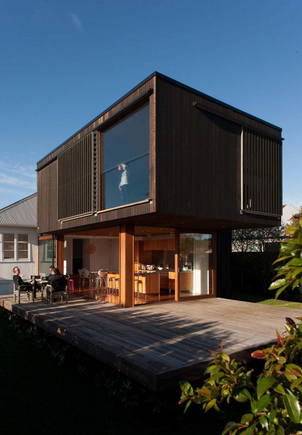 บ้านโมเดิร์นสีดำทำจากคอนกรีตและไม้