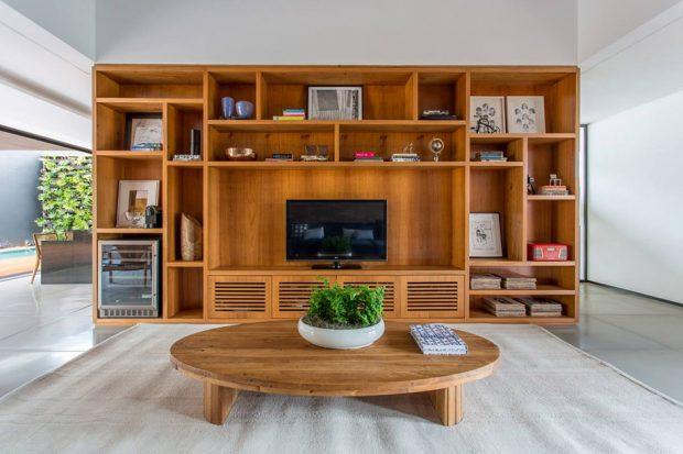 ห้องนั่งเล่นบิวท์ชั้นวางด้วยไม้