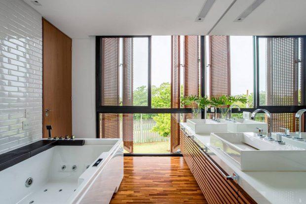 ห้องอาบน้ำผนังกระจก เปิดให้เห็นวิวภายนอก