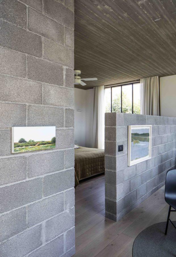ผนังห้องนอนทำจากอิฐบล็อค