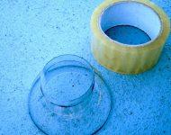 ตัดพลาสติกให้พอดีกับช่องว่างบริเวณก้นถ้วย