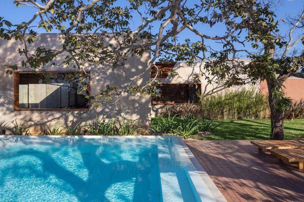 สระว่ายน้ำข้างบ้าน